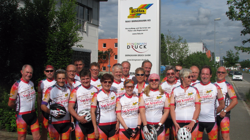 Michael Bringmann und die Teilnehmer vor dem Firmengebäude